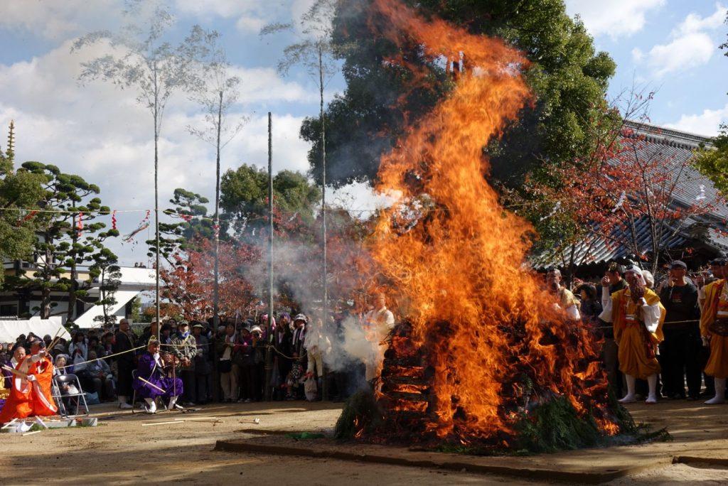 須磨寺秋季大祭「須磨の火祭り ~柴燈大護摩供 火生三昧火渡り修行~」